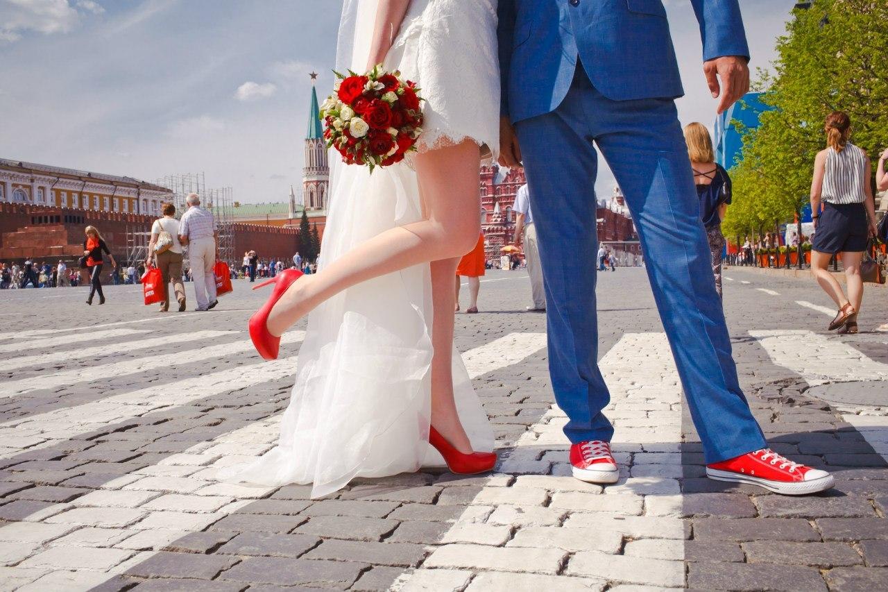 Свадебные платья и красные туфли